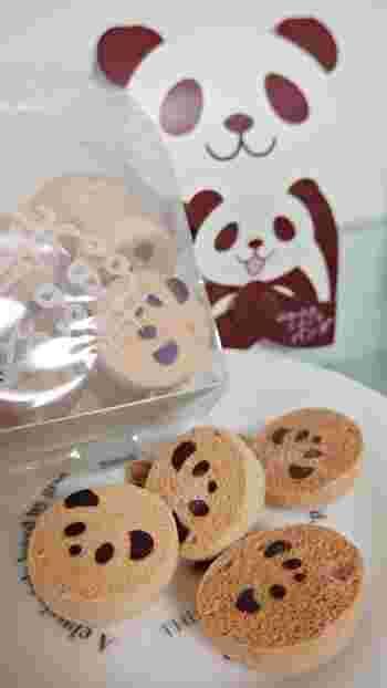 品川でもご紹介した「和楽紅屋(ワラクベニヤ)」ですが、こちらの「ふわころパンダ」は、エキュート上野店とオンラインショップでしか手に入らない限定のお菓子。クッキーは、ココナッツとココアの2種類で、パンダママに抱っこされた赤ちゃんパンダのパッケージがとってもキュート!