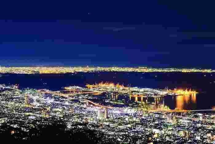 六甲山と言えば夜景。「1000万ドルの夜景」として有名なこの夜景がもっとも美しく見えると言われているのが「掬星台」です。 正確には摩耶山にあるのですが、摩耶山は六甲山系の山であることと、六甲山からすぐ行けることから、六甲山の夜景として認識されています。