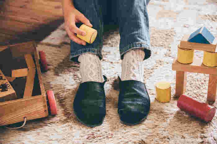 くたりとした質感がオシャレな革のスリッパです。冬はもちろん、一年を通して履きたいかわいらしさ。革製品ですが、水洗いできるので汗ばむ季節ても清潔に履けます。