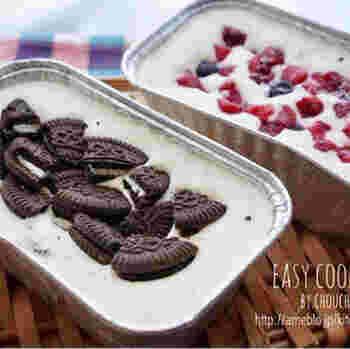 冷凍のベリーを入れ、冷蔵庫ではなく冷凍庫で半日以上冷やして固めます。するとひんやりと冷たい、アイスケーキの完成です!