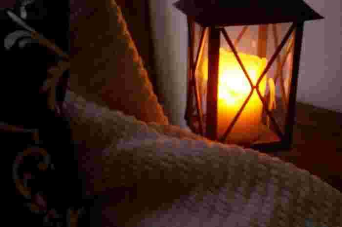 ■ランタンに入れてベッドサイドに 心安らぐ蝋燭の灯りは、就寝時にもおすすめ。雰囲気のあるランタンに入れて、ベッドサイドに置いてみませんか。