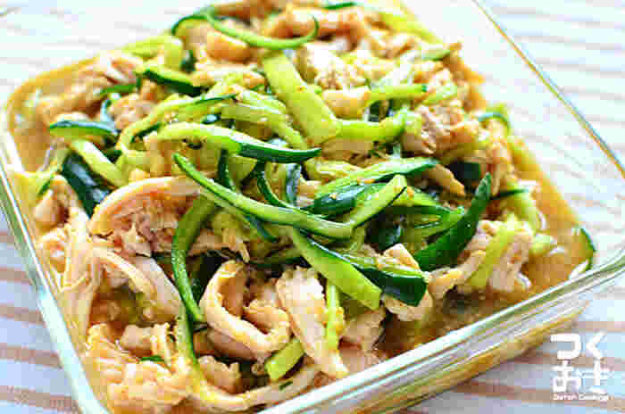 「しっとりやわらか蒸し鶏きゅうり」はとっても簡単♪ お湯の中に入れて放っておくだけで、パサつき知らずの茹で鶏に仕上がります。 必要な食材は鶏むね肉ときゅうりだけと材料費も抑えられているので、たくさん作って常備菜にもおすすめです。