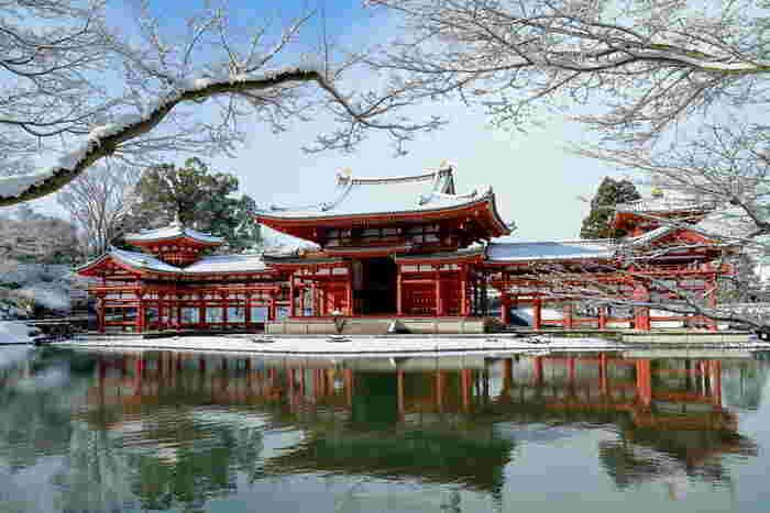 京都宇治市にある世界遺産に登録されている「平等院」。その中でも有名なのが「鳳凰堂」。池に映るその姿は思わずシャッターを切る美しさです。池の中島に建てられていることで、あたかも極楽の宝池に浮かぶ宮殿のようだといわれています。また正面から見た姿が翼を広げた鳥のように見え、屋根上に大きな鳳凰が飾られていることから「鳳凰堂」と呼ばれるようになったのだとか。