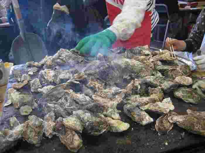 宮城の牡蠣小屋の草分け的なお店。かき小屋では、お店の人がスコップで牡蠣を山のように鉄板にのせ、ふたをかぶせて蒸し焼きにしてくれます。1人30個くらいは食べられるとか。ぷりっとした味の濃い、絶品の牡蠣が堪能できます。