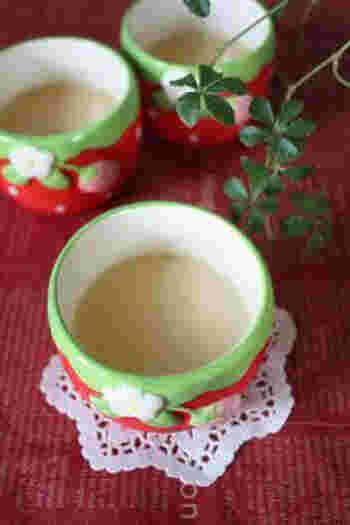 玄米茶にもいろいろ種類がありますので、お好みのお茶を選んでみましょう。こちらは抹茶入りの玄米茶を使用したプリン。卵黄だけを使い、あとは牛乳と砂糖のみを使った本格レシピです。卵の量でなめらかさを調節できるのだそう♪