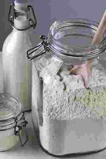 ホットケーキミックスの魅力と言えば、やっぱりコスパの高さ。既に小麦粉やベーキングパウダー、砂糖などのお菓子作りに欠かせない材料がバランスよく配合されているので、あえて、ひとつずつ揃える必要がありません。 普通だったら、お菓子作りというと、様々な材料を揃えなくてはなりませんよね…。そう考えてみると、既に基本的な材料が、あれもこれも入っているホットケーキミックスは、かなりコスパが高いと言えます。 他の材料をプラスするだけで、色々なお菓子を作ることが出来ますし、アレンジも無限大!ホットケーキの本来のお仕事とも言うべく、普通にホットケーキを焼いた場合でも、ホットケーキミックス1袋で何枚も焼くことが出来ます。
