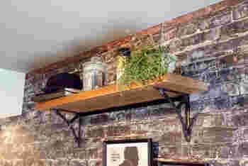 新築やリフォームを考えている方は、造作棚の素材にもこだわってみては。こちらのお宅のように、古木とスチールを組み合わせた飾り棚は、ディスプレイコーナーにぴったり。