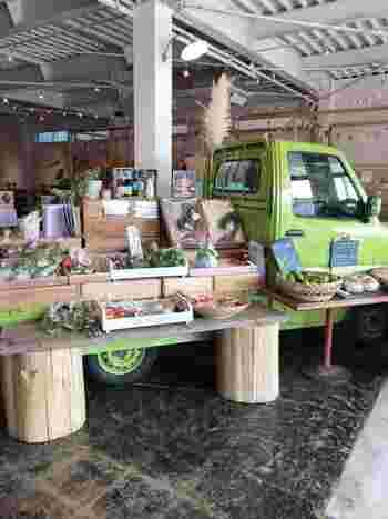 どうして店内にトラックが?!と驚かれますよね。実はこちらは入り口を入ってすぐに野菜などの直売所「マルシェ」があり、その奥がカフェになっているんです。美味しい物をたくさんたべて買える嬉しいお店ですね。