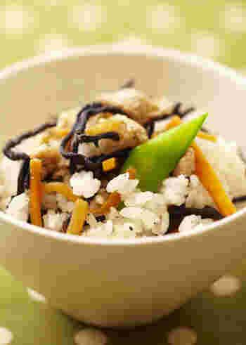 具材を電子レンジで加熱してからご飯に混ぜれば出来上がり!簡単ひじきご飯のレシピです。あらかじめ茹でておいた絹さやを添えれば彩りよく仕上がります。手軽に作れるから、お弁当にもぴったり♪