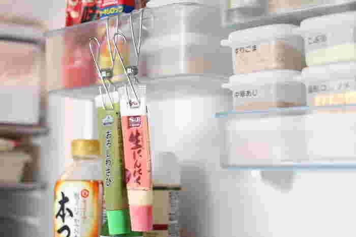 立てて収納することが難しい「チューブ類」。冷蔵庫で迷子になっていないですか?チューブも吊るして収納しましょう。無印良品の「ワイヤークリップ」を使えば、そのままドアポケットに吊るせます。使うときは、クリップを外さずに使えるので便利ですよ。