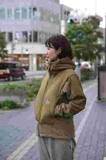 シンプルなデザインと高い機能性を兼ね備えた「and wander(アンドワンダー)」のフリースジャケット。フリース×ナイロンの異素材の組合せと、袖や裾部分の切替デザインがおしゃれな雰囲気です。防風性・撥水性にも優れているので、寒い冬でも温かく過ごせますよ◎。