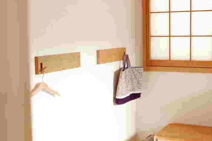 無印良品の「3連ハンガー」は、キッズスペースの収納にもおすすめです。子供でも手が届く位置に取り付ければ、お子さん一人でもお片付けできますね。