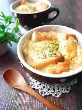 コンソメスープが染み込んだ「食パンのオニオングラタンスープ」。味付けをシンプルにすることで、玉ねぎの甘味をめいっぱい楽しむことができます。スープの染みたパンとの相性も抜群で、体がポカポカと温まるレシピです。