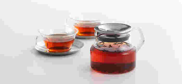 紅茶は、やはりその美しい色も味のうち。シンプルなガラスのティーカップは、くつろぎの時間の一杯のために欠かせないアイテムです。こちらのカップのソーサーは、磁器とステンレスがあります。