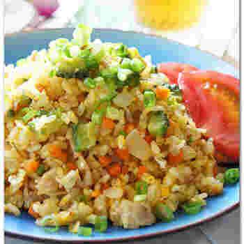 色々野菜を細かく刻んで作るチャーハンに、ゴーヤも入れてしまいましょう!野菜が苦手な方もこのレシピならパクパクいただくことができます。味付けのポイントは焼肉のタレ!これなら失敗なく作れるはず◎