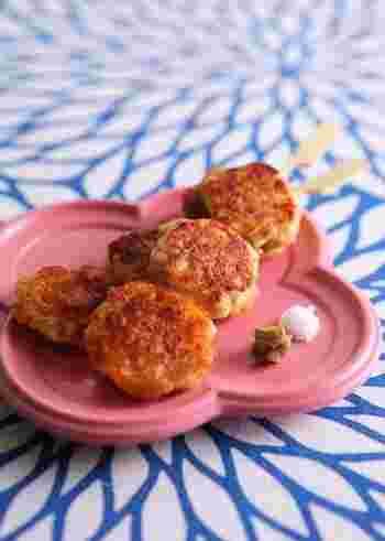長芋を使った、ふわふわの食感がたまらない鶏つくね。すりおろした長芋ではなく叩いた長芋を使うのがポイントです。さっぱりお塩はもちろん、半熟卵などをトッピングしてもOK。
