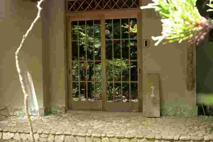 築約50年以上は経つという邸宅は、長い間、丁寧に扱われてきたのがよく分かる美しい建物。玄関の格子のガラス扉も趣があります。玄関で靴を脱ぎ、スリッパに履き替えるスタイル。ガラガラと扉を開ける感覚もどこか懐かしく、まるで祖母の家を訪ねてきたようなほっこりした気分に。