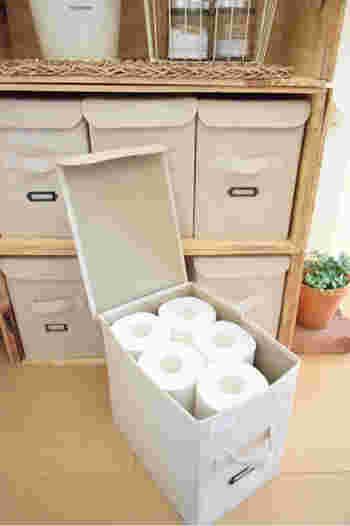 布の質感でナチュラルな雰囲気もあるボックスにトイレットペーパーを入れて♪18ロールという、大容量の収納箱になりますよ。  フタ付きなら、ホコリの心配も防げます。大量に買ったときなどのストック場所にもおすすめ。