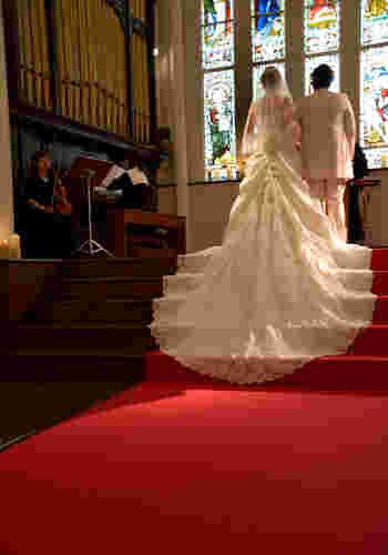 二人の未来を暗示するような、華やかで広がりのあるガラス細工。見守る人々も思わず息を飲むほど美しい式が行えます。可愛らしい花嫁にも、大人でシックな花嫁にも対応してくれるキャパの広い雰囲気です。