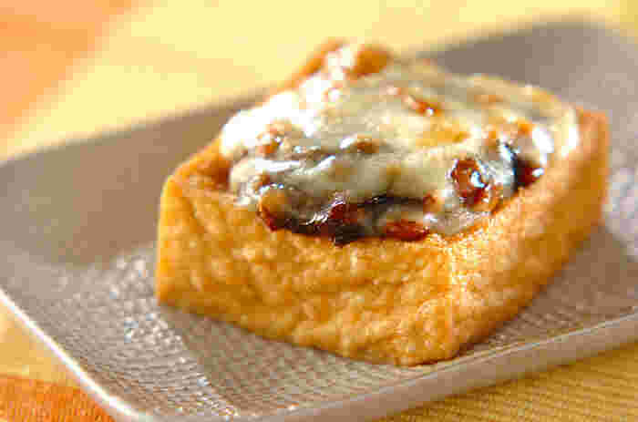 冷蔵庫に常備している食材で、簡単にできるのが嬉しい♪ 厚揚げに、納豆、チーズ、味を引き締める海苔の佃煮をのせた、お酒にも合う一品。