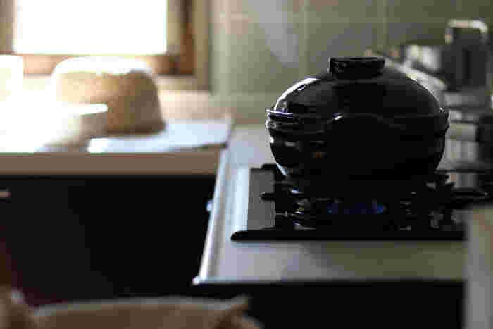 土鍋は熱がゆっくりと伝わるので、鍋炊きごはんよりもふっくらとした炊きあがりになります。香りもいいので、新米特有の風味を感じることができます。鍋炊きよりも時間はかかりますが、ふっくらもっちりとした食感の良さが特徴の美味しいご飯が炊きあがります。