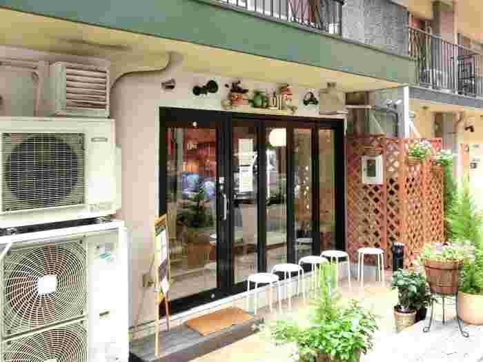 名店が軒を連ねる赤坂。駅から5分ほどの所には、平日でも行列の出来る人気店「フルフル」があります。路地裏のマンションの1階が店舗になっています。