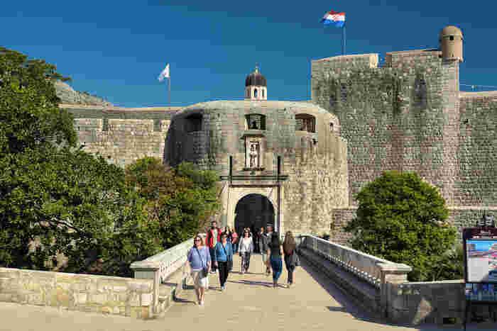 宝石箱のように美しいドゥブロブニク旧市街の入り口、ピレ門は16世紀に造られた重厚感あふれる石造りの門です。堀と門を結ぶ石橋は、創建当時は木製の跳ね橋だったと伝えられています。