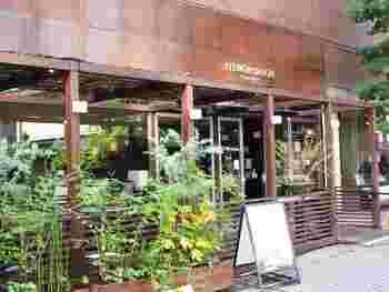 伊右衛門サロンは、「お茶は生活文化をデザインする」カフェを通じて新しいライフスタイルを提案していく」というコンセプトのもと京都三条烏丸に2008年6月に創業されました。カフェは、歴史や伝統をRESPECTし、明日につなげてゆく場所という考え方から、お茶文化の建築様式である町屋を現代的なカフェというスタイルで表現しています。お茶のある風景を新しい楽しみ方として提案しています。   最寄駅:阪急烏丸駅から徒歩15分 地下鉄烏丸御池駅6番出口から徒歩3分 大丸デパートから徒歩10分
