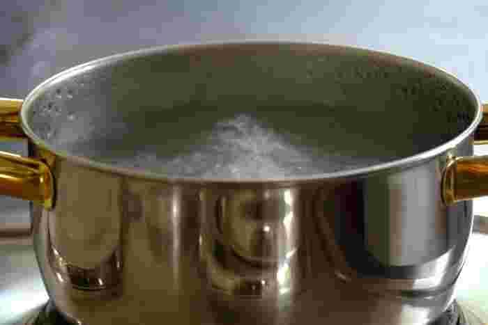 5. 鍋にグラニュー糖と水を火にかけ、シロップをつくる。グラニュー糖の代わりに、きび糖でシロップをつくるのもオススメです。6. 冷ましたシロップと(4)のリキュールを合わせて1週間寝かせて完成!