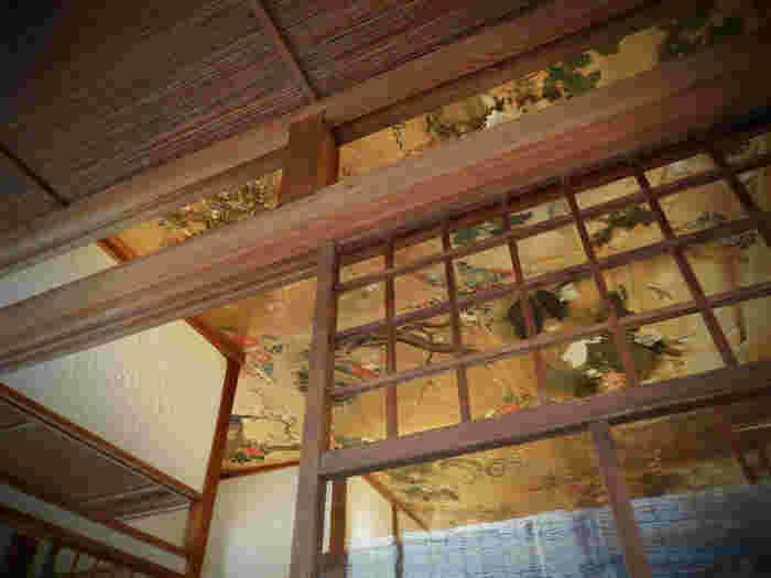 天井には、リノベーション前から描かれていた花鳥風月の日本画が。歴史のある街、日光ならではの趣を感じます。