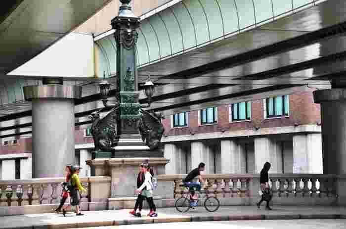 歌川広重の浮世絵にも描かれている「日本橋」。現在の橋は1911年に完成した物で、中央に設置されている麒麟の像は東野圭吾さんのミステリー「麒麟の翼」にも登場します。周辺には商業施設「コレド日本橋」や「コレド室町」、100年以上続く様々な老舗店などがあります。