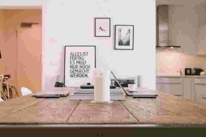 ■シンプルな部屋×極めてシンプルなキャンドル お部屋のインテリアに合わせた存在感のある白いキャンドルを、さり気なく置いたコーディネート。モノトーンで統一されたシンプルなインテリアが殺風景にならず、温もりを感じさせる空間に。