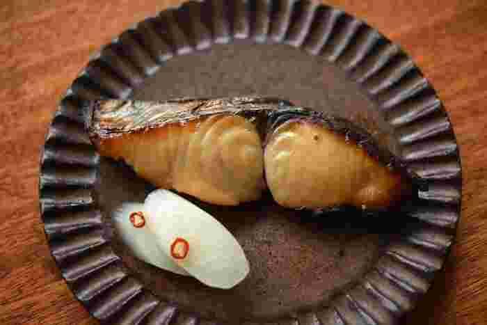 この時期旬の脂が乗ったさわらを更に美味しくいただく手法が西京漬けです。この味噌床のレシピをマスターしておけば、旬の切り身魚を美味しくいただく事ができますよ。お皿に添えられているウドの甘酢漬けは、最後の簡単副菜レシピ内に記載してありますのでこちらも合わせてチェックしてみてくださいね。