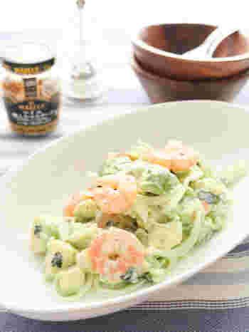 新玉ねぎと海老、アボカドに、ヨーグルトを合わせた爽やかなサラダ。こちらのレシピでは、玉ねぎとヨーグルトを別々に使っていますが、玉ねぎヨーグルトを使ってもおいしそうですね。