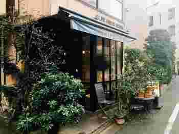 麻布十番駅5a出口から歩いて2分ほど、『カフェ・ドゥ・トワ』は麻布十番で老舗のカフェ。商店街からは離れた場所にある、隠れ家的なお店です。