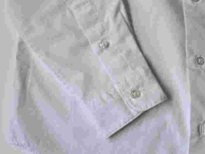 引き算の美しさから生まれたシンプルなシャツですが、とても繊細なステッチワークや高級感のあるボタンなど、細部はとことんこだわりぬいた逸品です。
