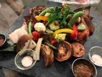 もうひとつのおすすめは、釜焼き野菜の盛り合わせ。窯の香ばしい香りと、野菜の旨みをたっぷり楽しむことができます。