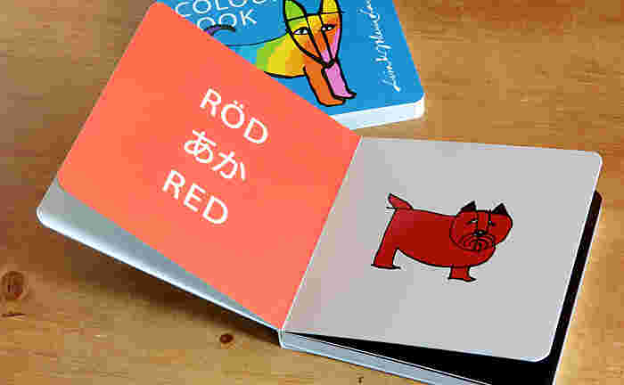 カラーブックは11色の犬たちが登場。キュートな犬と一緒に色の名前も学べます♪色の名前は日本語、英語、さらにスウェーデン語で書かれています。色彩やイラストも含めて大人もリサ・ラーソンの世界観を楽しめる一冊に。