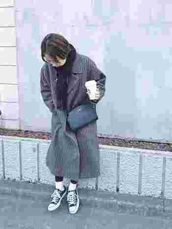 黒タイツ×白靴下コーデは、秋冬の定番にしたい安心感がありますね。ぜひ、足元の制服としてフル活用してみて。白靴下は起毛感やボリューム感を意識すると、今年らしくアップデートできます。