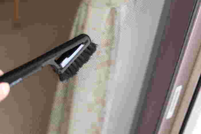 ちなみにサッシブラシは網戸を掃除する際に、ホコリを落とすブラシとしても使用できます。サッシブラシを一本常備しておくと、汚れが気になった時にいつでもサッとお掃除できますね◎。