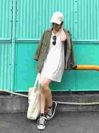 シンプルな白のワンピーススタイルは、ビッグサイズのキャンバストートを合わせ、さらにミリタリージャケットを肩からさり気なく羽織ったバランスが素敵です。
