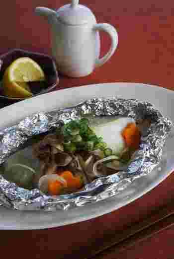 ■タラのホイル焼き ヘルシーなのに凝縮された旨味が美味しいタラを使って作るホイル焼き。キノコや人参ネギなど野菜もたくさん入れて作りましょう。