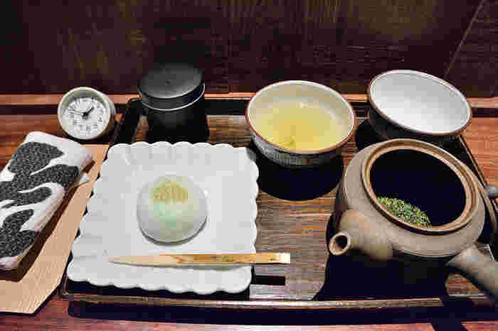 店内に入ると、右手に喫茶室があります。このお店では、煎れるところから自分で楽しめるという体験型。そのため、温度や茶葉の量、待ち時間さえもお茶の味を左右する調味料となります。お店の方にレクチャーを受けられるので、美味しいお茶をいただけますよ。