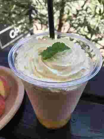 桃の果肉の上に生クリームを載せた『桃のスムージー』。 飲みものでは、このほかに『桃の紅茶』『フルーツポンチ』『桃のクリームソーダ』などが。