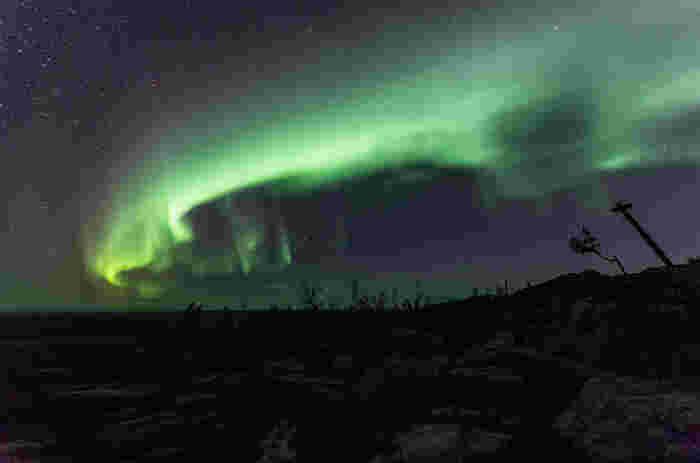 ラップランドで見られるオーロラは、気候、湿度、緯度など様々な要因によって現れる天体現象です。極寒の夜空に浮かびあがる光り輝く帯は、この世のものとは思えないほど美しく、神秘的な雰囲気を醸し出しています。