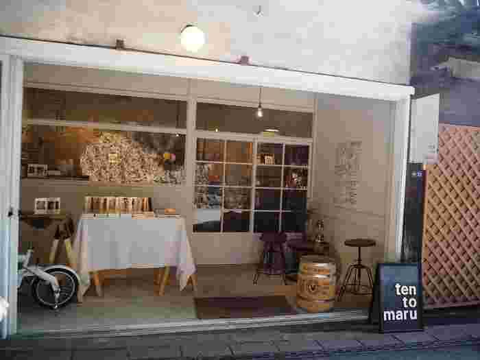 参道の近くにある、かわいい雑貨店「TEN to MARU(テントマル)」。店名は、ひとつひとつの出会い=TENが、結びついて大きな輪=MARUになるようにという思いからつけられたのだとか。