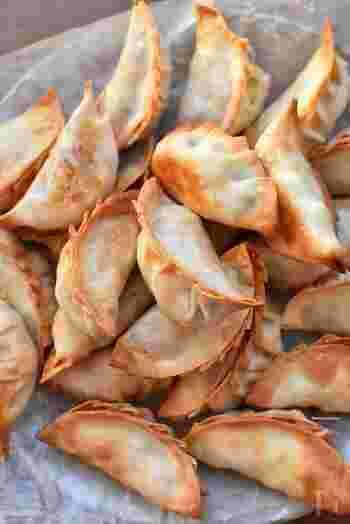 じゃがいも、ベーコン、玉ねぎのジャーマンポテトを餃子の皮で包み、揚げずにオーブンで焼き上げます。おつまみにも良さそうですね。