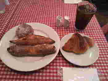 フランスの空気間たっぷりの店内で、パリジェンヌ気分で絶品のパンを味わうひととき。 パンの香りに包まれながらのイートインもおすすめです。