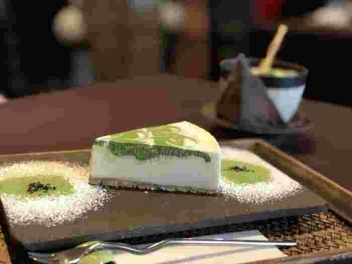 看板メニューの「抹茶レアチーズケーキ」。抹茶のきれいなマーブル模様が目を引きます。抹茶は宇治茶の老舗・一保堂のものが使用されていて、上品な抹茶の香りが楽しめます。