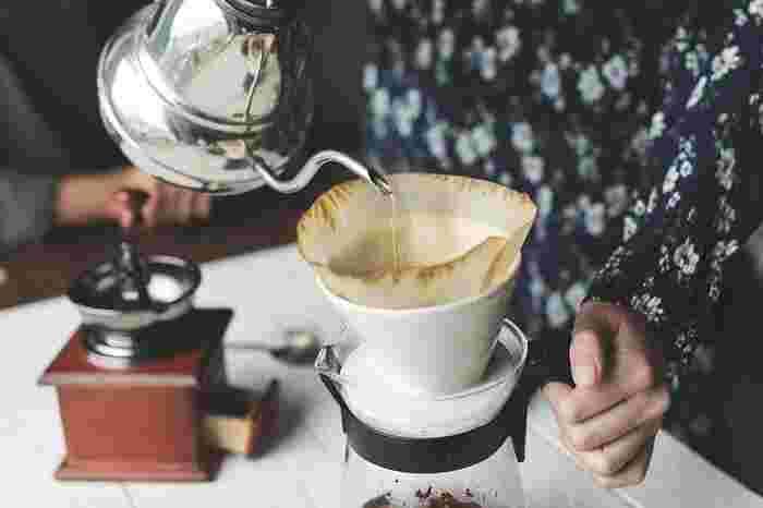 普段は小分けの粉末タイプでさっと済ませてしまいがちのブレイクタイムも、せっかくのおうち時間には、ちょっぴり時間をかけてみてはいかがでしょうか。コーヒーをドリップしたり、茶葉をティーポットに入れて紅茶を淹れるのも素敵です。お湯を注いだときの湯気や香りまで愛しくなるほど、丁寧に。